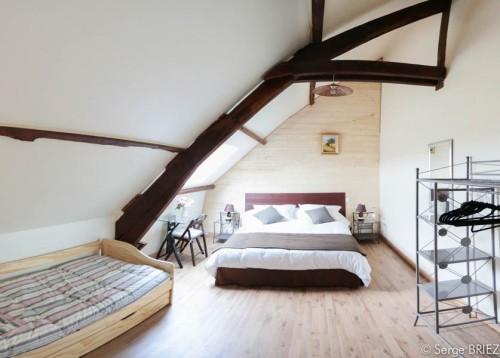 Chambre Dordogne lit double en 160 cm, lit gigogne en 90 cm, décoration moderne, chocolat et blanc.