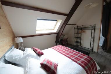 La chambre Lot lit champêtre rouge et blanc.
