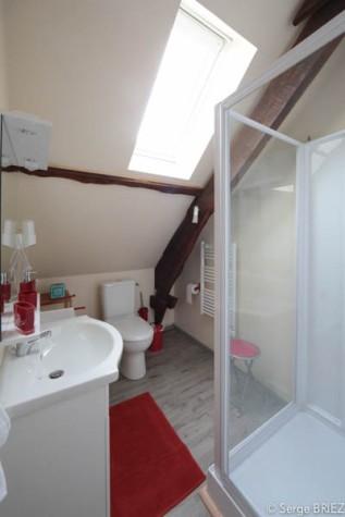 La chambre Lot : salle d'eau douche et lavabo.